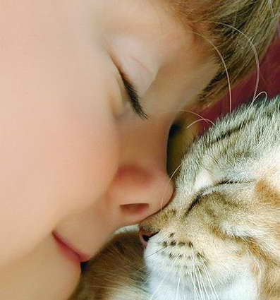 малыш с домашним животным