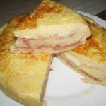 Запеканка из хлеба с ветчиной и сыром в мультиварке